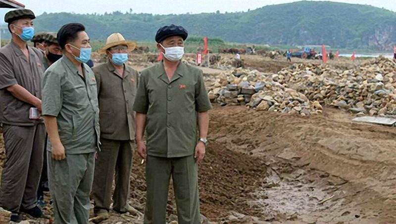 Tân Thủ tướng Triều Tiên Kim Tok-hun tại chuyến thăm.