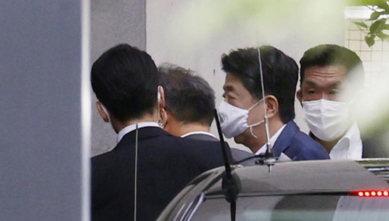 Thủ tướng Nhật Bản Shinzo Abe tới bệnh viện.