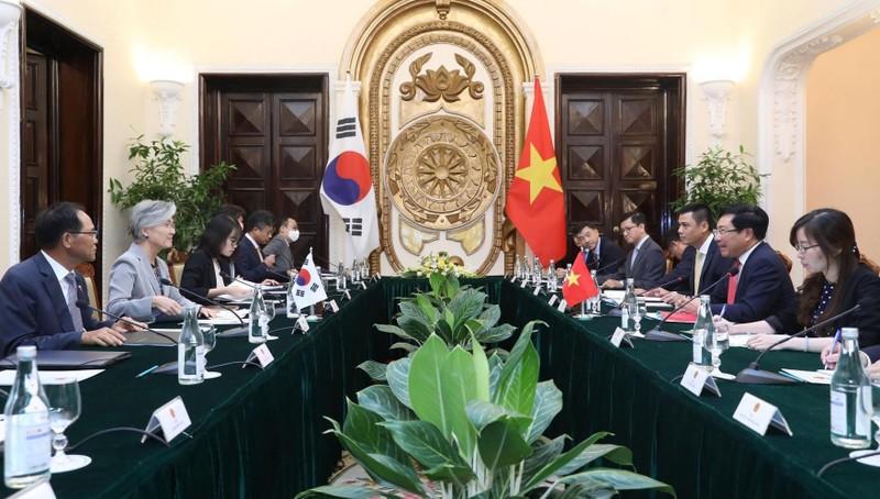 Phó Thủ tướng, Bộ trưởng Ngoại giao Phạm Bình Minh đã hội đàm với Bộ trưởng Ngoại giao Hàn Quốc Kang Kyung Wha.
