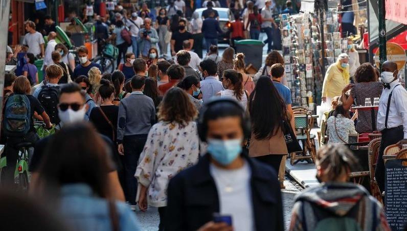 Người dân đeo khẩu trang trên những tuyến đường đông đúc ở thủ đô Paris của Pháp.
