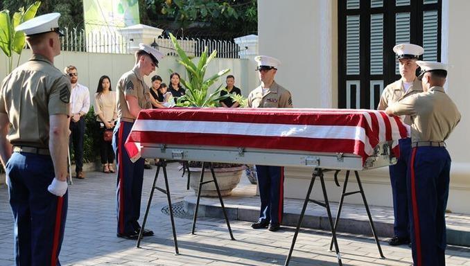 Phía Mỹ tiếp nhận hài cốt quân nhân Mỹ mất tích trong chiến tranh ở Việt Nam hồi tháng 7 vừa qua. Ảnh: BQP