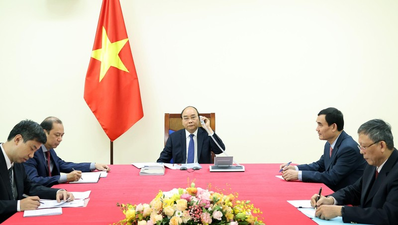 Thủ tướng Nguyễn Xuân Phúc điện đàm với Thủ tướng Nhật Bản Suga Yoshihide. Ảnh: VGP