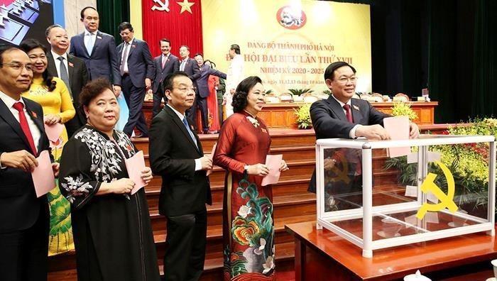 Các đại biểu bỏ phiếu bầu Ban Chấp hành Đảng bộ TP nhiệm kỳ 2020 - 2025 tại phiên họp chiều 12/10.