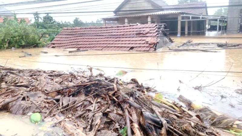 Nhà ở phường Hương Vân, thị xã Hương Trà, Thừa Thiên - Huế nước ngập tới nóc trong cơn bão số 6.
