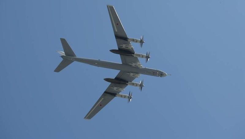 """Hai máy bay ném bom """"nguy hiểm nhất"""" của Nga khoe sức mạnh trên biển"""