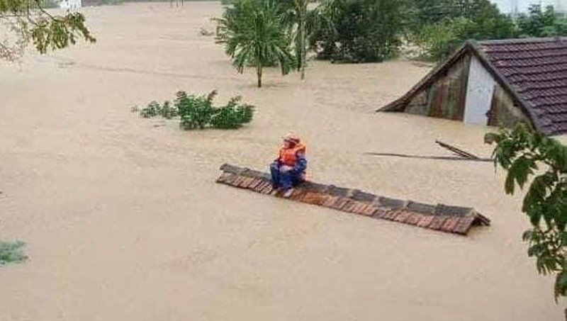 Các tỉnh miền Trung phải hứng chị hậu quả nặng nề do lũ lụt.