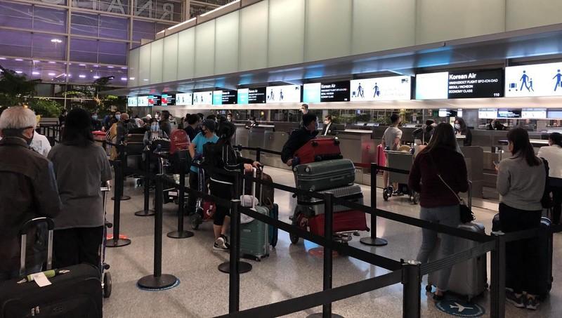 Các công dân tại sân bay ở San Francisco, Mỹ.