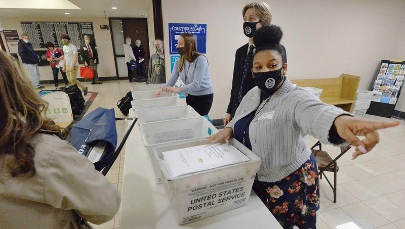 Thu thập phiếu tại một điểm bỏ phiếu.