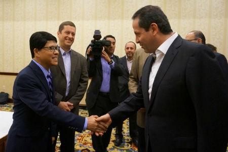 PTGĐ Viettel, ông Tống Viết Trung bắt tay ngài Eruviel Avila, Thống đốc bang Mexico  kiêm Chủ tịch Hội đồng thống đốc các bang ở Mehico