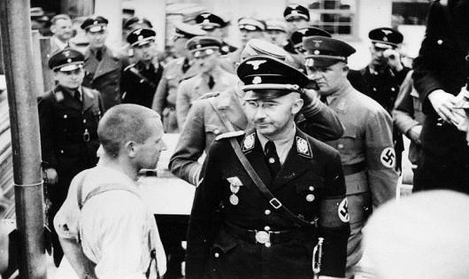 Hitler và các tù nhân.