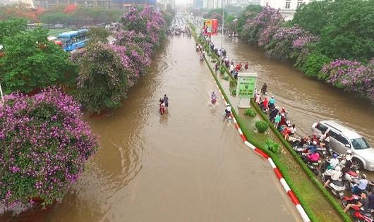 Một tuyến phố Hà Nội ngập nặng sau mưa