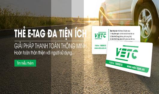 Ảnh: Công ty VETC đang, đang tiến hành dán thẻ E-Tag cho phương tiện để ứng dụng công nghệ thu phí tự động trên QL1 và QL14.