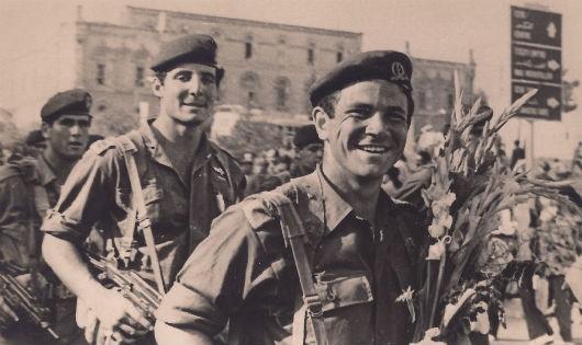 Những con tin được giải thoát được chào đón nồng nhiệt trong niềm hạnh phúc tại sân bay Ben - Gurion của Israel vào ngày 4/7/1976.