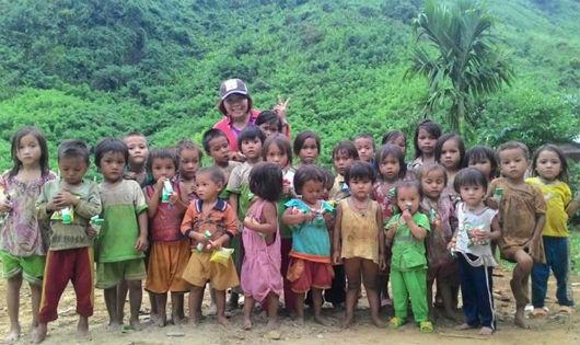 Cô giáo Thoa cùng trẻ ở Trà Leng