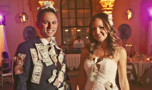 Những cặp vợ chồng Cuba được ghim tiền mừng trong ngày cưới của mình.