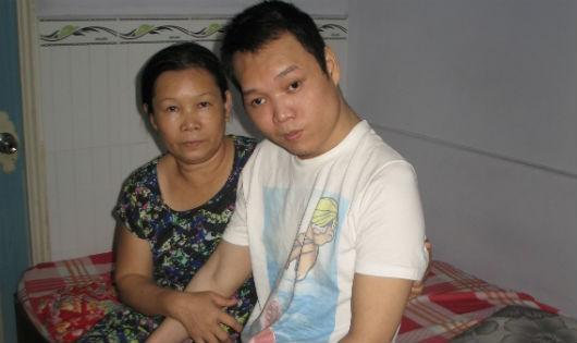 Con trai bị tai nạn gắng sống nhờ tiền đan áo len của mẹ