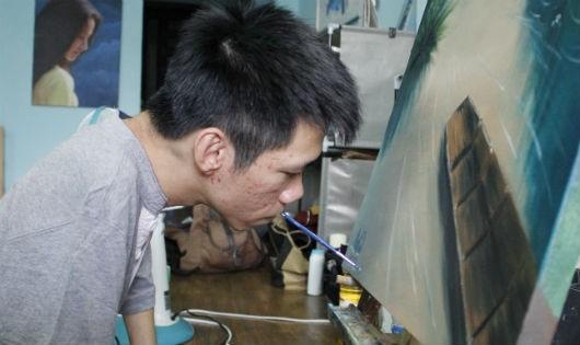 Châu với biệt tài vẽ tranh bằng miệng.