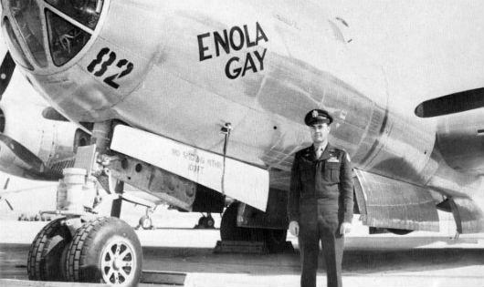 Đại tá Paul Tibbets bên chiếc Enola Gay thực thi việc ném bom nguyên tử xuống Hiroshima