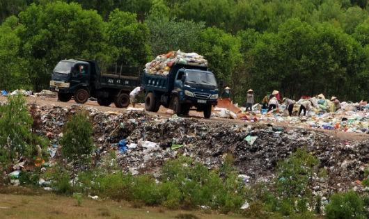 Dân sống khổ vì ruồi nhặng, khói độc bủa vây từ bãi rác Quảng Tiến