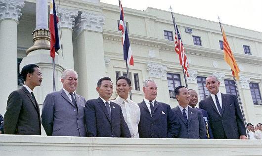 """Tổng thống Park Chung-Hee (thứ ba từ trái sang), tại Hội nghị SEATO năm 1966 diễn ra tại Philippines, người biến """"giấc mơ"""" đưa quân sang Việt Nam tham chiến của Lý Thừa Vãn thành sự thật sau 10 năm."""