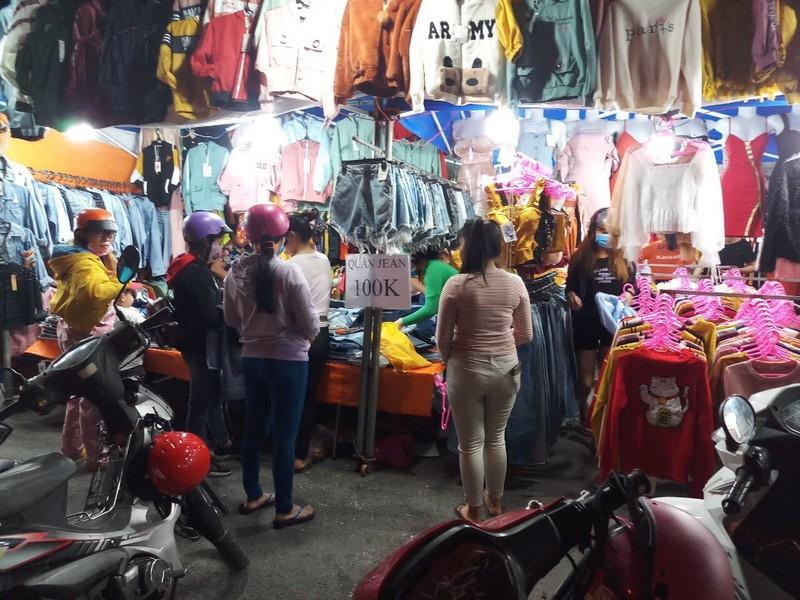Nhộn nhịp 'săn' hàng Tết ở chợ đêm công nhân