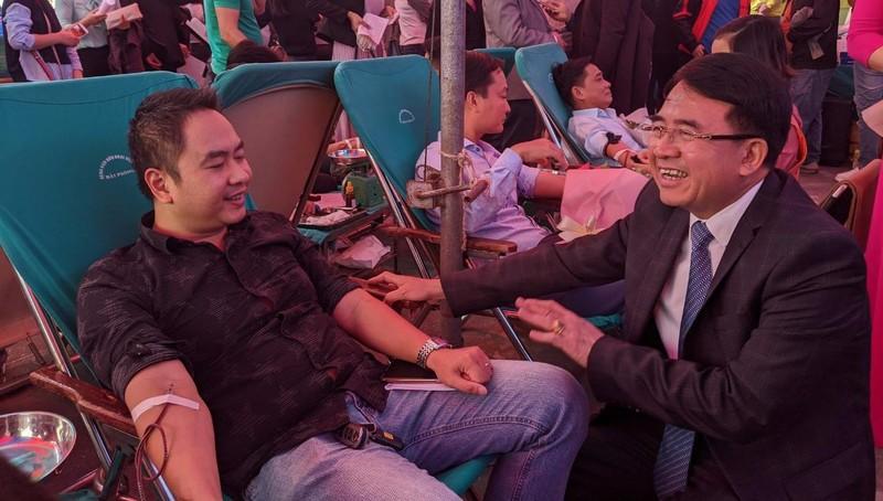 Phó chủ tịch UBND TP Lê Khắc Nam động viên các cán bộ hiến máu.