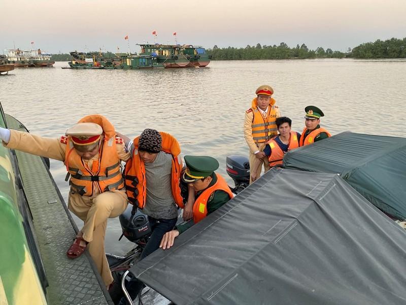 2 nạn nhân được đưa về đơn vị tiến hành sơ cứu.