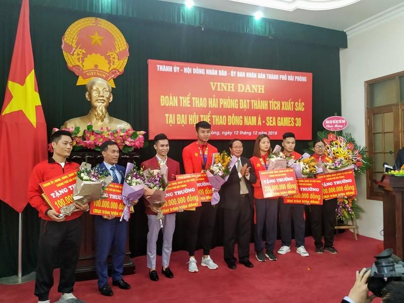 Bí thư Thành ủy Lê Văn Thành tặng thưởng cho các VĐV