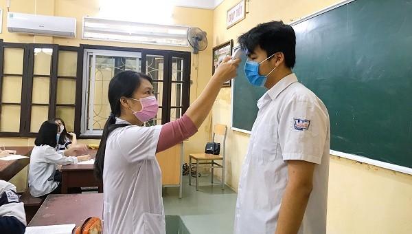 Học sinh THPT Ngô Quyền được thầy cô kiểm tra thân nhiệt tại lớp học