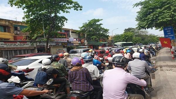 Tắc đường kéo dài tại khu vực ngã 5 Kiến An trong sáng 30/4
