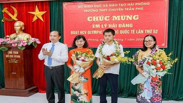 Giám đốc Sở Giáo dục & Đào tạo TP tặng hoa cho học sinh và giáo viên trường THPT chuyên Trần Phú