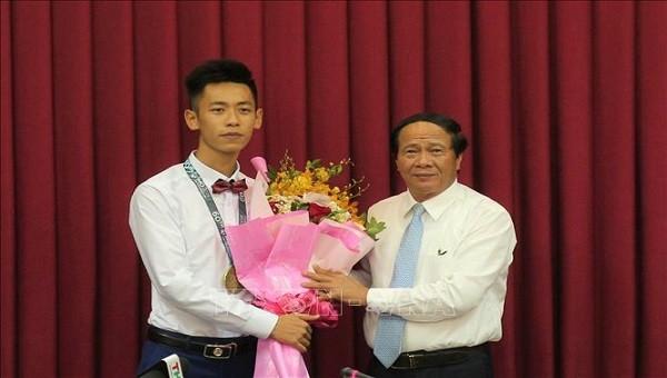 Bí thư Thành ủy Hải Phòng tặng hoa cho em Nguyễn Thuận Hưng, nguyên học sinh trường THPT chuyên Trần Phú
