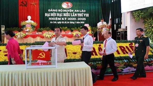 Các đại biểu bỏ phiếu tại Đại hội Đảng bộ huyện An Lão vừa qua