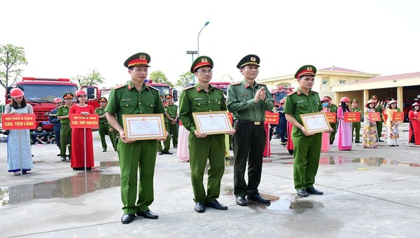 Đại tá Phạm Viết Dũng, Phó Giám đốc CATP Hải Phòng tặng giấy khen 3 tập thể, cá nhân có thành tích tốt trong  tổ chức Hội thi.
