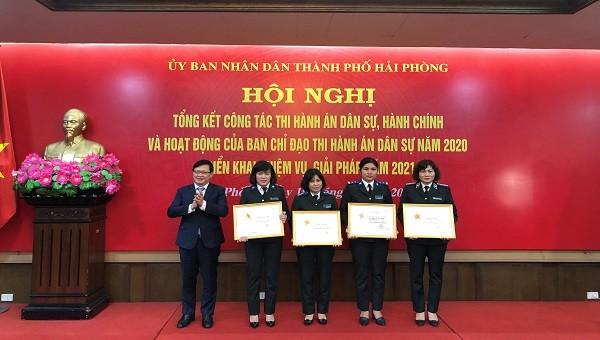 """Thứ trưởng Bộ Tư pháp Mai Lương Khôi tặng Kỷ niệm chương """"Vì sự nghiệp Tư pháp"""" cho 4 cá nhân"""