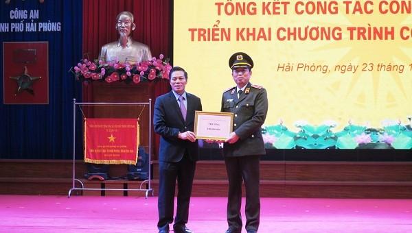 Lãnh đạo TP trao thưởng 100 triệu đồng cho Công an TP.