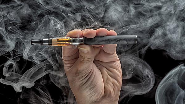 Sử dụng thuốc lá điện tử trong nhà trường: Luật chưa cấm, xử lý sao cho nghiêm?
