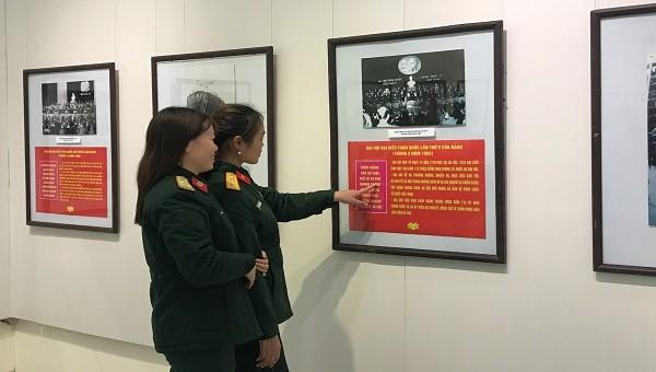 Các đại biểu đi tham quan triển lãm.