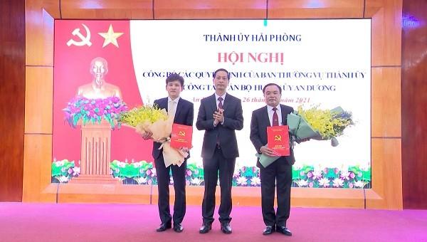 Phó Bí thư Thường trực Thành uỷ Đỗ Mạnh Hiến chúc mừng các đồng chí nhân nhiệm vụ công tác mới