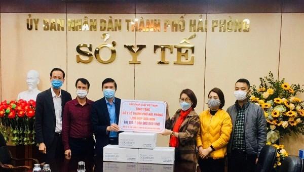 Đại diện báo PLVN trao tặng Sở Y tế Hải Phòng 100 thùng sữa non.