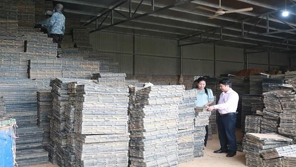 Đoàn công tác khảo sát nhu cầu vay vốn của HTX Sản xuất, kinh doanh Vật tư nông nghiệp Thụy Hương.