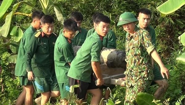 Lực lượng Công binh di chuyển quả bom đảm bảo kỹ thuật và an toàn cho người dân.