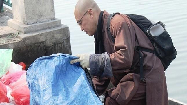 Nhà sư 5 năm nhặt túi ni - lon sau lễ tiễn ông Táo