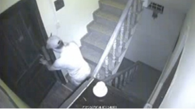 Tên trộm vô tư vào nhà dân khoắng đồ như ở nhà mình