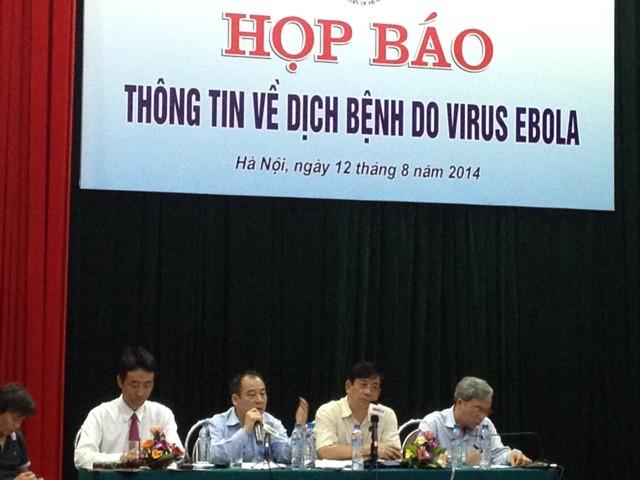 Ông Kato Masaya, Điều phối kiểm soát bệnh truyền nhiễm thuộc Tổ chức Y tế Thế giới cùng các lãnh đạo Cục, Vụ của Bộ y tế trong cuộc họp.