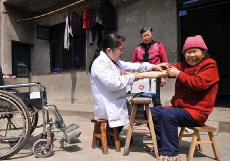 Bác sĩ Lý Cúc Hồng khám bệnh miễn phí cho người dân