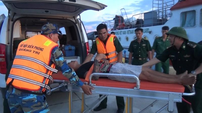 BĐBP Quảng Trị cứu thuyền viên gặp nguy kịch trên biển