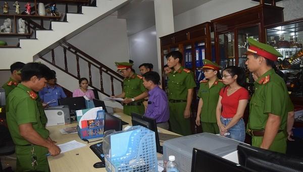 Ông Liêm (áo xanh) và kế toán (áo đỏ) bị khởi tố.