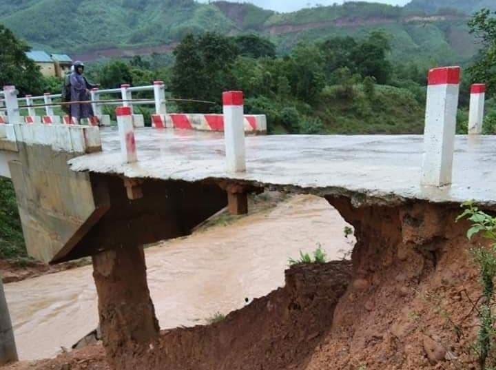 Cầu A La, xã Ba Nang, huyện Đakrông bị xói lở, vô cùng nguy hiểm