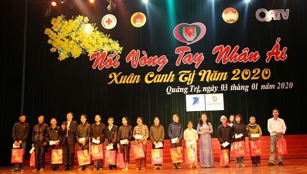 Đồng chí Nguyễn Đăng Quang, Phó Bí thư Thường trực Tỉnh ủy trao quà cho các gia đình có hoàn cảnh khó khăn
